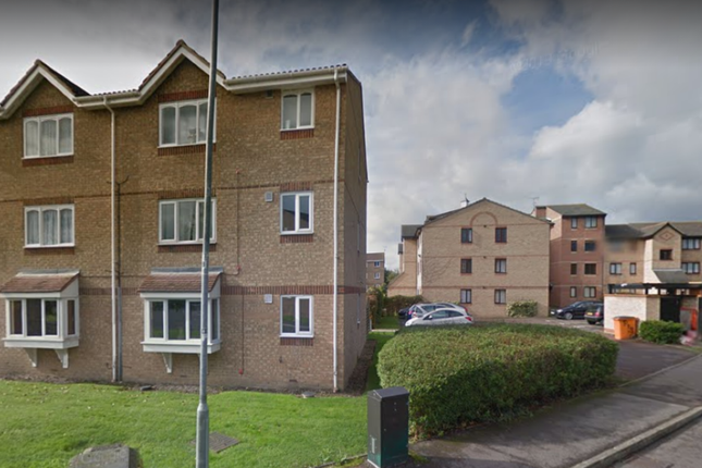 2 bed flat to rent in Waterville Drive, Basildon SS15