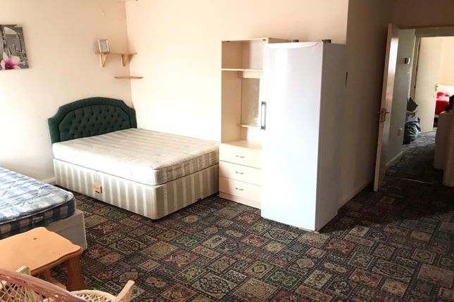 Thumbnail Flat to rent in Woodland Avenue, Slough
