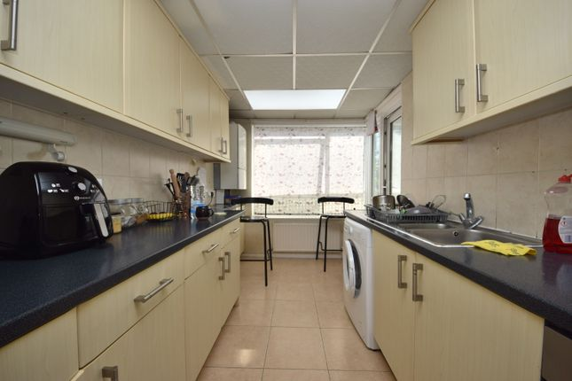 3 bed flat to rent in Henrys Walk, Ilford IG6