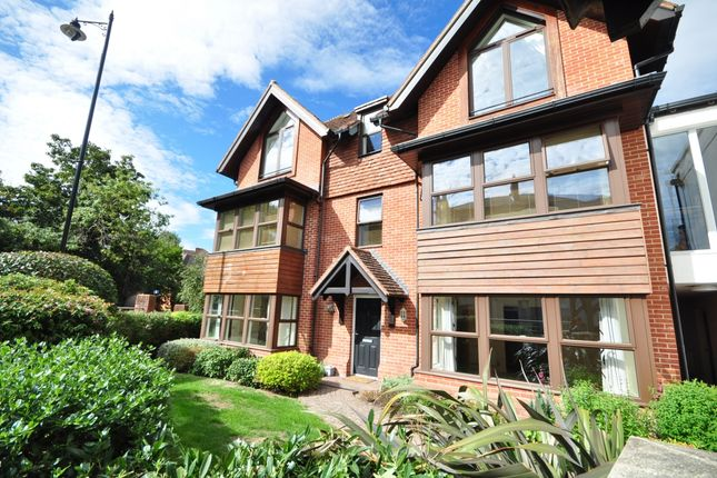2 bed flat to rent in South Street, Dorking RH4