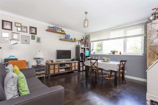 2 bed flat for sale in Queens Drive, London