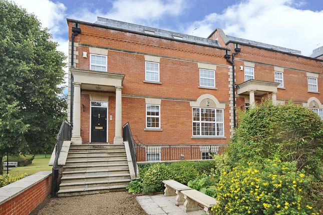 Thumbnail End terrace house to rent in London Road, Sunninghill