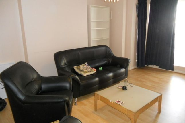 Thumbnail Maisonette to rent in Dunsmure Road, London