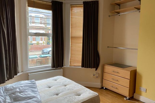 Thumbnail Flat to rent in Warwick Gardens, London