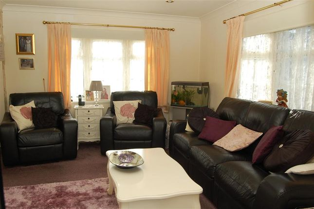 2 bed mobile/park home for sale in Burmarsh Road, Hythe, Kent
