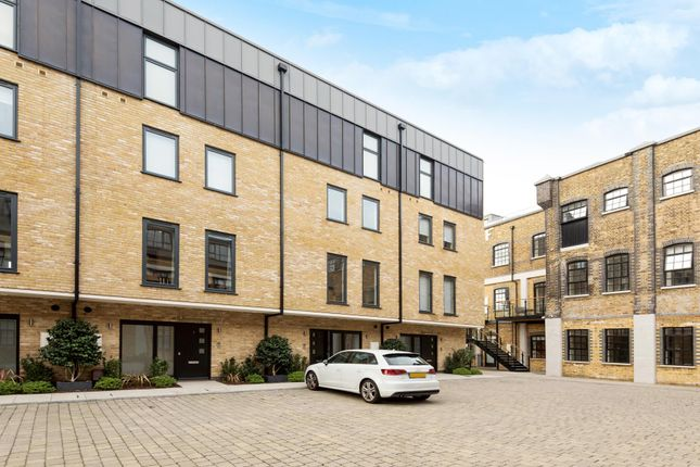 Thumbnail Town house to rent in Rainville Road, London