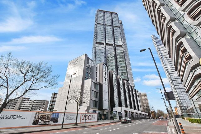 Thumbnail Flat to rent in Carrara Tower, 1 Bollinder Place, London