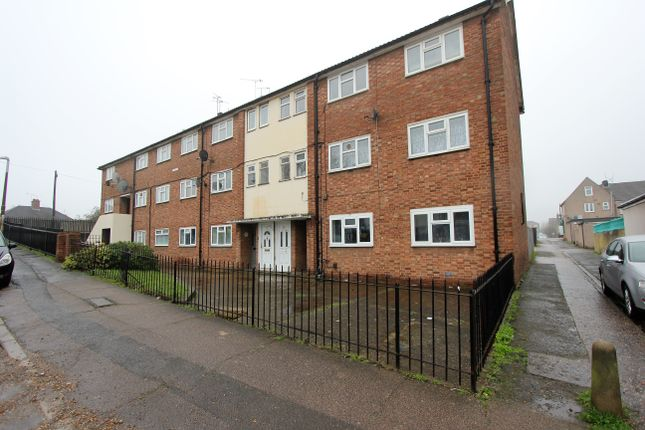2 bed flat to rent in Kent Road, Grays RM17