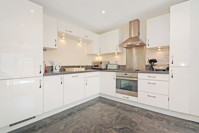 Thumbnail Flat to rent in Canalside, Redhill