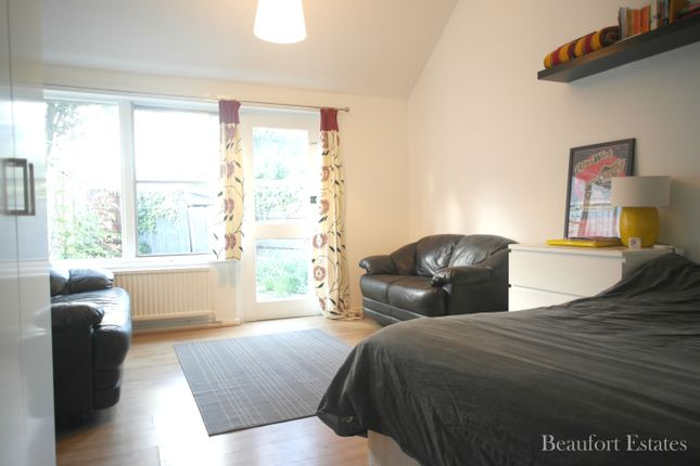 3 bed town house to rent in Burness Close, Islington