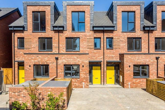 Thumbnail Terraced house for sale in 20 Reynard Way, Brentford