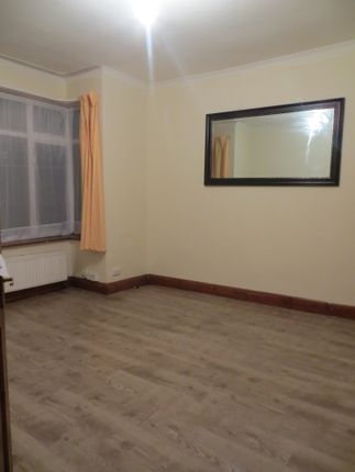 Thumbnail Shared accommodation to rent in Victoria Avenue, Hunslow