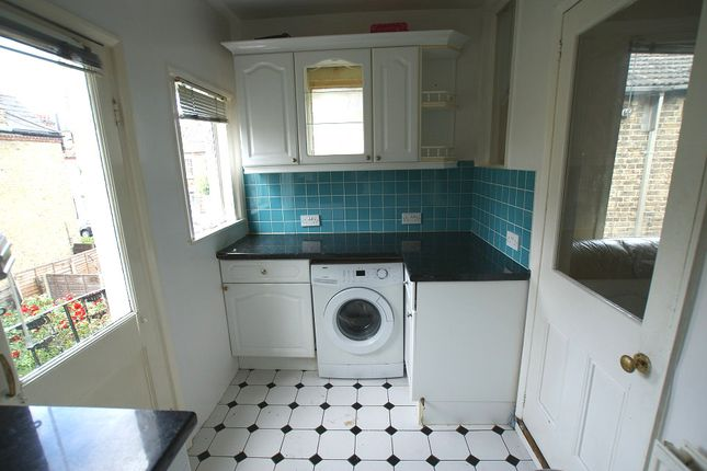 3 bed flat to rent in Tranmere Road, London