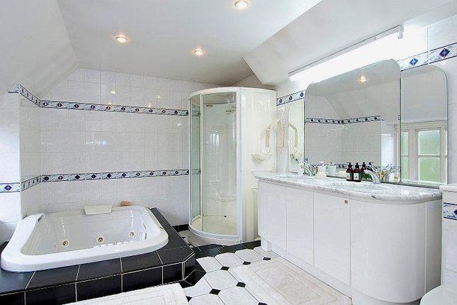 En-Suite: of Kingswood House & Queenswood, Clay Hill, Enfield EN2