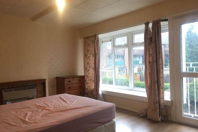 Room to rent in Denmark Gardens, Carshalton SM5