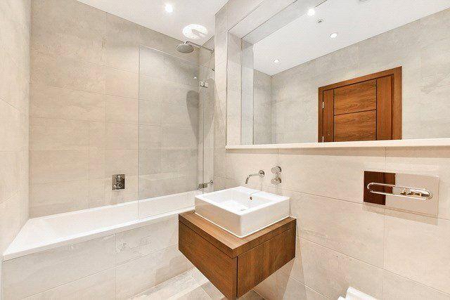 Bathroom of Collingwood House, Mercers Road, London N19
