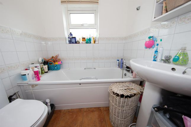 Family Bathroom of Stanley Street, Luton, Bedfordshire LU1