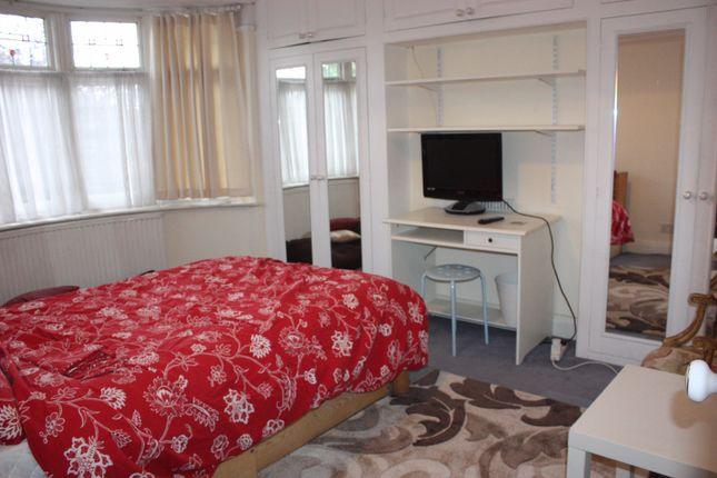 Room to rent in Burnham Way, London