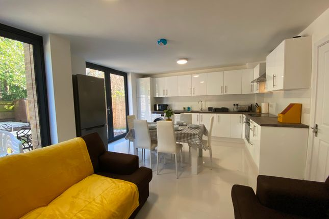 Flat to rent in Greenheys Place, Woking