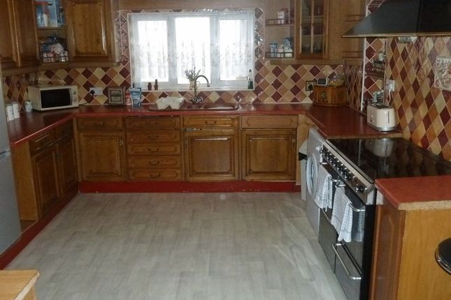 5 bed semi-detached house to rent in Burcot Avenue, Wolverhampton