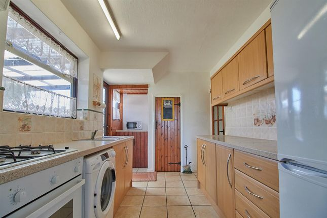 Fitted Kitchen of Chestnut Road, Glenfield, Leicester LE3