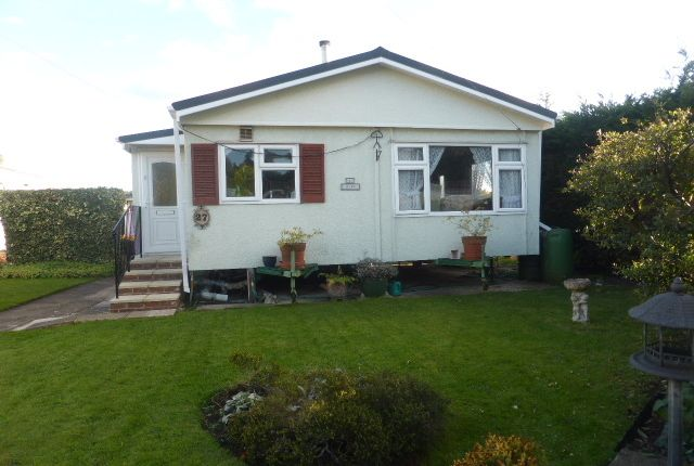 Thumbnail Mobile/park home for sale in New Site, Meadowlands, Addlestone