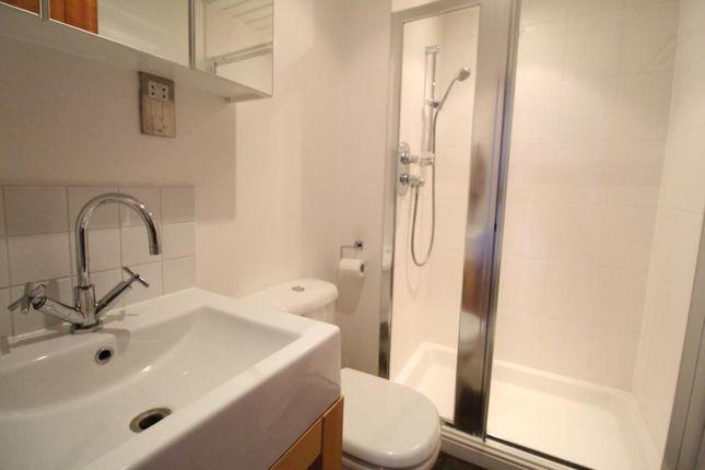 Shower Room − Thomson Street