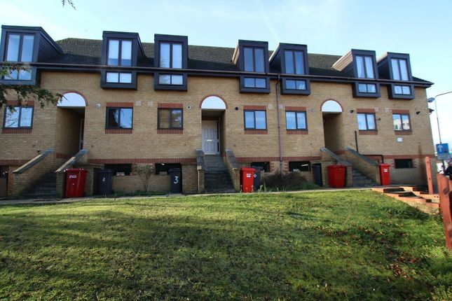 Thumbnail Maisonette to rent in High Street, Colnbrook, Slough