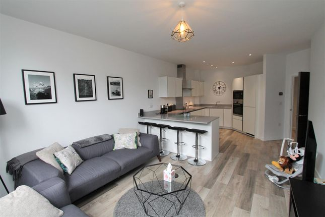 Thumbnail Flat for sale in Great North Road, Brookmans Park, Hatfield