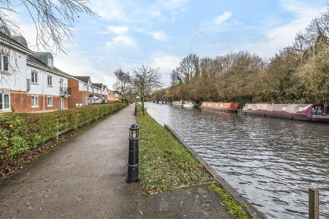 Canal View of Basildon Close, Watford WD18
