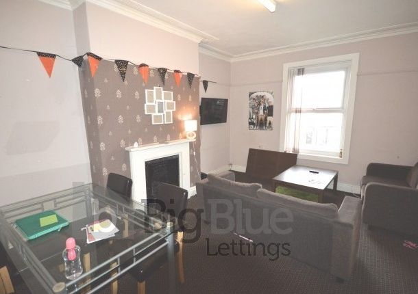 Thumbnail Flat to rent in Kelso Road, Hyde Park, Five Bed, Leeds