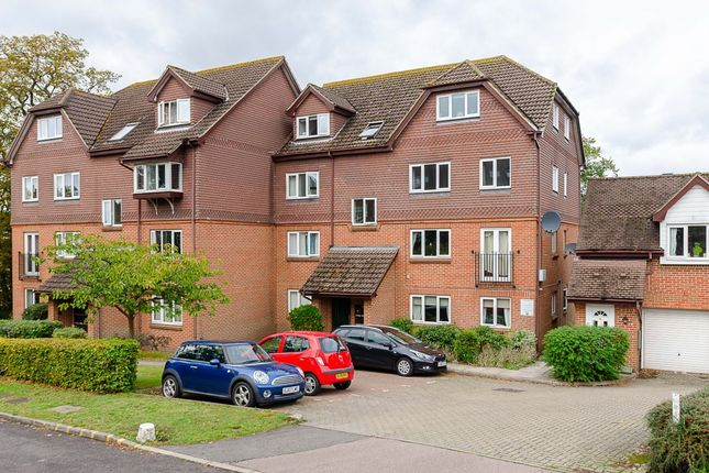2 bed flat to rent in Abbots Rise, Redhill, Surrey RH1