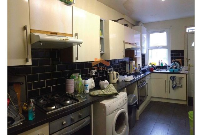 Thumbnail Shared accommodation to rent in Estcourt Avenue, Headingley, Leeds
