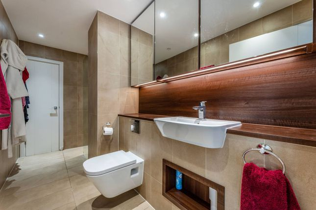 2 bed flat to rent in Wandsworth Road, Nine Elms, London SW8