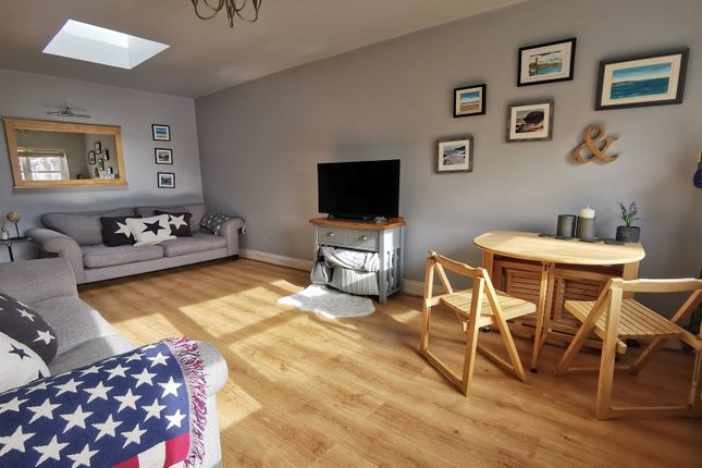 2 bed flat to rent in Hidden Close, West Molesey KT8