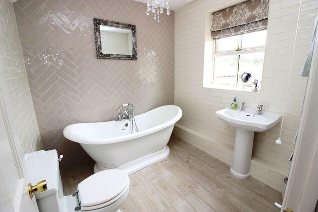 Bathroom of Bank Cottages, Nettlestead Green ME18