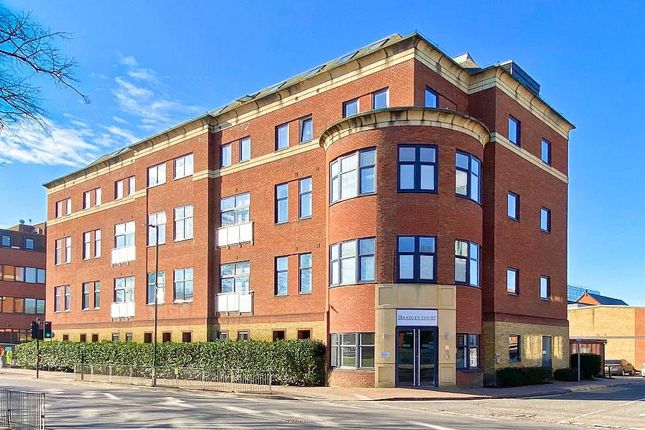 2 bed flat to rent in Knoll Road, Camberley GU15