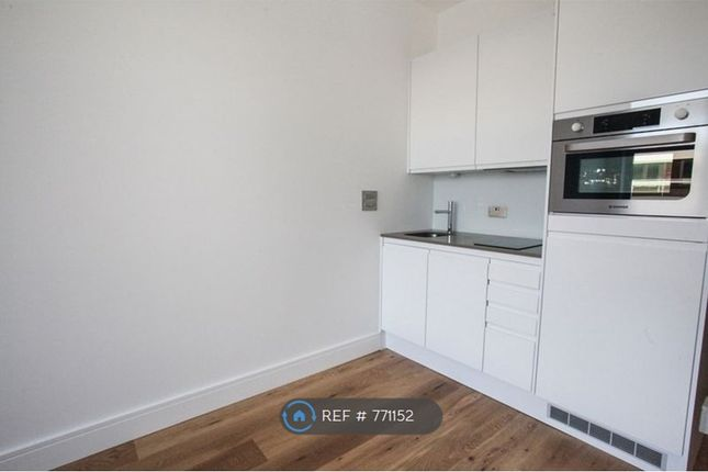 Flat to rent in Flowers Way, Luton