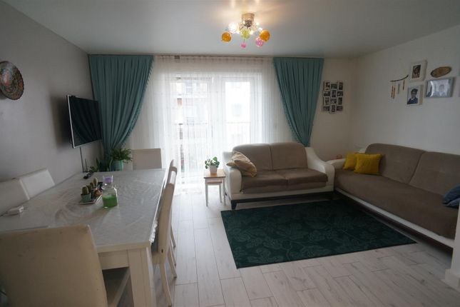 Thumbnail Flat for sale in Shingly Place, London