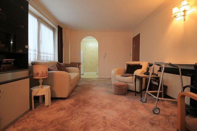 Lounge of Beehive Lane, Ilford IG4
