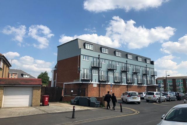 Thumbnail Flat to rent in Grasmere Parade, Slough