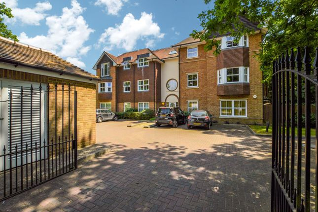 Thumbnail Flat to rent in Old Woking Road, West Byfleet, Surrey