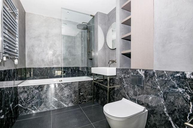 Bathroom of The Lighterman, Pilot Walk, Greenwich Peninsula SE10