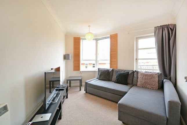 2 bed flat to rent in Canada Street, London