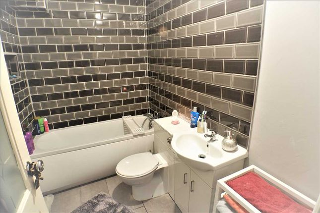 Bathroom of The Avenue, Pontygwaith, Ferndale CF43