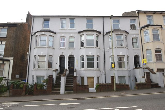 Thumbnail Flat to rent in Queens Road, Aldershot