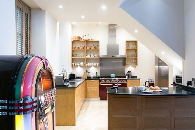 Thumbnail Town house to rent in Devonshire Mews South, London