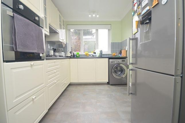 2 bed flat to rent in South Street, Romford RM1