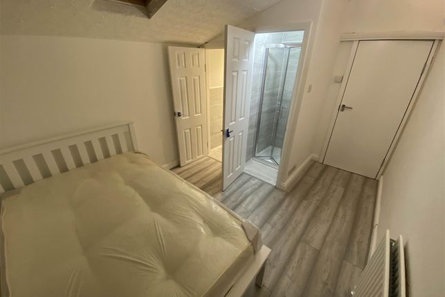 Room to rent in Denny Road, London