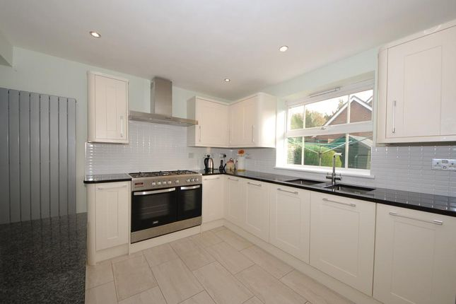 Thumbnail Property for sale in Robins Grove, Chase Meadow Square, Warwick